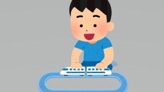 電車のおもちゃで遊ぶ男の子