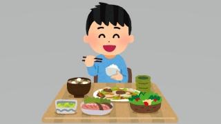 楽しく食事をとる男の子